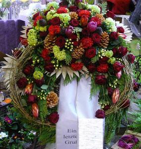Waldkranz mit frischen Blumen