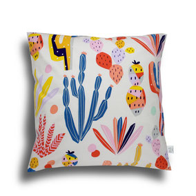 quadratisches Kissen mit bunten Kaktus Motiven bedruckt