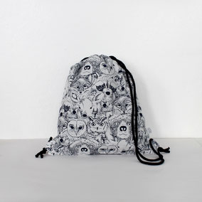 Kinder Rucksack schwarz weiß mit Waldgtier Gesichtern bedruckt
