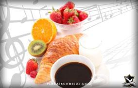 Musik, Kaffee, Croissants, Erdbeeren