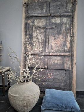 Authentieke oude deur uit India, Stoer, Sober, Industrieel, Puur, Robuust, Grof, Landelijk wonen, Sfeervol, Geleefd, Stijlvol, Doorleefd, landelijke stijl, landelijke decoratie, vintage.