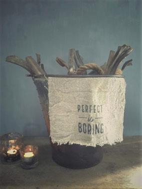 """Shabby doek """"perfect is boring"""" klein, Stoer, Sober, Industrieel, Puur, Robuust, Grof, Landelijk wonen, Sfeervol, Geleefd, Stijlvol, Doorleefd, landelijke stijl, landelijke decoratie, vintage."""