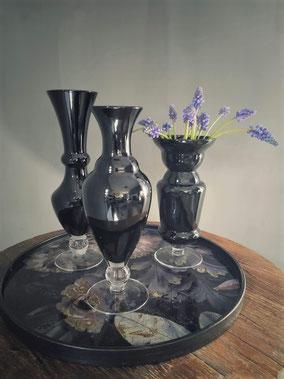 Mondgeblazen zwarte vazen (diverse modellen), Stoer, Sober, Industrieel, Puur, Robuust, Grof, Landelijk wonen, Sfeervol, Geleefd, Stijlvol, Doorleefd, landelijke stijl, landelijke decoratie, vintage.