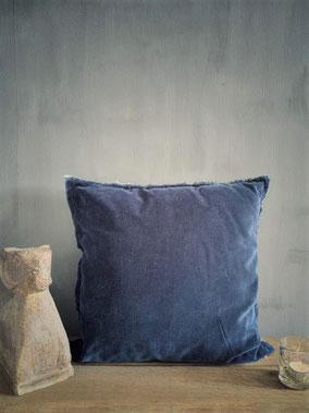 Kussen Feline Dark Blue merk Unique Living, Stoer, Sober, Industrieel, Puur, Robuust, Grof, Landelijk wonen, Sfeervol, Geleefd, Stijlvol, Doorleefd, landelijke stijl, landelijke decoratie, vintage.