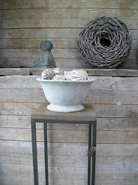 Bowl huge cement ancient (merk Brynxz), stenen schaal, Stoer, Sober, Industrieel, Puur, Robuust, Grof, Landelijk wonen, Sfeervol, Geleefd, Stijlvol, Doorleefd, landelijke stijl, landelijke decoratie, vintage.