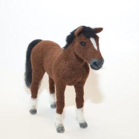 Pferd aus Filz, Pferd nadelgefilzt, Skulptur Pferd, Pferdeskulptur, Pferd Porträt, Pferd Portrait, Skulptur Pferd, Pferd aus Wolle, nadelfilzen, Filzen, Filztier, Filztiere, Filzfigur, Schweiz, handgemachte Pferde Skulptur