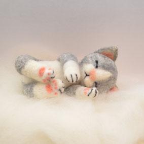Katze aus Filz, Filzfigur, Filztier, Filztiere, Filzkatze, Filzen, süsse Katze aus Filz, schlafende Filz Katze, Filzkatze schlafend, Filzkätzchen, handgefertigte Filzkatze, handgefertigte Filztiere, Filztiere Schweiz