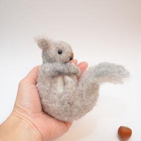 Eichhörnchen aus Filz, Herbstdeko aus Filz, Eichhörnchen Wolle, graues Eichhörnchen aus Filz, Filzfiguren Jahreszeitentisch
