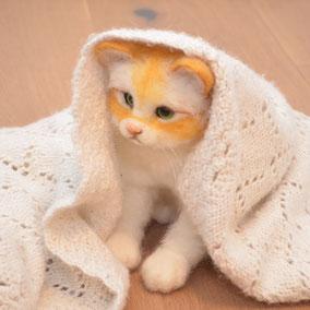 Katze, Realistische Katze aus Filz, gefilzte Tierskulptur, süsse Katze, Filztiere, Filzkatze, Filztier, Weihnachtsgeschenk, Katzenfans, gefilzte Katze, Swissmade, Schweiz, handgemacht, Tier Skulptur, Haustier Skulptur Filz