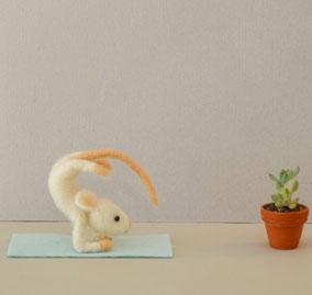 Maus im Liegestuhl, Sommer, Geschenke Sommer, Ferien, Maus aus Filz, Maus Sommer, nadelgefilzte Maus, gefilzte Maus, Filztier Maus, Miniatur Maus, Miniatur aus Filz, Filzfigur,