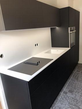 Einbauküche, matt schwarz, Arbeitsplatte HiMacs Mineralwerkstoff, Kochfeldabzug, Backofen, Spülmaschine mit Sensoröffnung