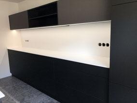 Einbauküche, matt schwarz, schlichtes Design