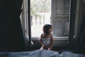 Ein kleines Mädchen hat Spaß und lacht fröhlich.