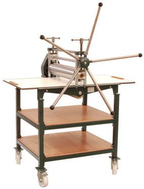 Druckpresse HPV-60 mit Untergestell mit Einlegeböden und Schwenkrädern
