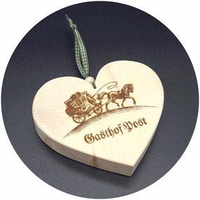 Holz Herz Zirbe Hotel Firmenlogo Gast Geschenk Werbung Gravur Beschriftung