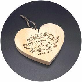 Holz Herz Zirbe zur Hochzeit als Hochzeitsgeschenk mit Namen und Gravur nach Wunsch