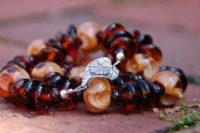 Herbstliche Halskette - Die kleine Perlenwerkstattm Blattverschluss