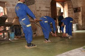 Trois ouvriers de la savonnerie Al-Joubaili à Alep tranchent le savon. Temple de Paris