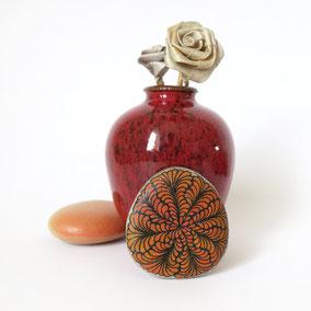 Pendentif galet FLEURS - peinture acrylique sur galet de rivière percé - fini mat - anneau argent 925 - collier réglable coton ciré 1 mm noir + perles porcelaine