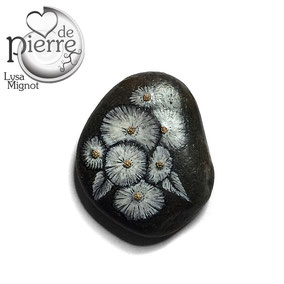 Fleurs acrylique blanc - perles roses pales - galet gris anthracite - vernis satiné