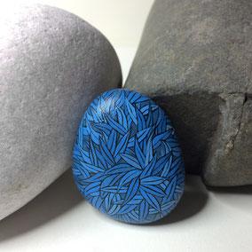 Galet décoratif feuilles bleues, blue leaves - acrylique sur galet de rivière - fini satiné