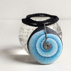 Pendentif galet spirale acrylique bleu - galet du Salat noir percé - fini mat - attache laiton