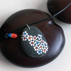 Pendentif fleurs liberty peinture acrylique blanc, rouge, orange et bleu - galet du Salat percé - fini mat - anneau argent 925 - tour de cou réglable coton ciré 1 mm noir, perles porcelaine peinte