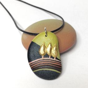 Pendentif galet peint PAYSAGE - peinture acrylique et feuille d'or sur galet de rivière percé - fini satiné - anneau argent 925 - tour de cou réglable coton ciré 1 mm noir + perles porcelaine