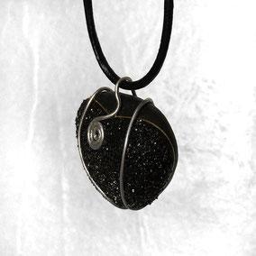 Pendentif cœur cristal noir - attache aluminium argenté - cordon cuir 43 cm section 2 mm - fermoir argenté sans nickel - galet du Salat noir