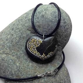 Pendentif galet coeur - fleur acrylique gris et or - perles dorées - galet du Salat noir percé - tour de cou cuir noir 2 mm fermoir argent 925