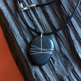 Pendentif galet - fil argent - galet du Salat noir percé - fini mat - anneau argent 925 - tour de cou 43 cm cuir 2 mm noir fermoir argent 925