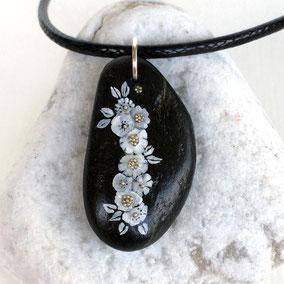 fleurs acrylique - perles argentées - galet du Salat noir percé - vernis - anneau argent 925