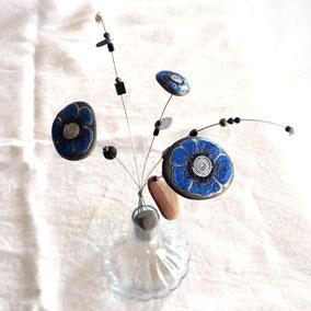 Bouquet fleurs décoratives sur tige - acrylique bleu et doré, cristal noir - galets du Salat noirs 25, 35 et 45 mm environ - fini satiné - tiges acier traversantes, pierres semi précieuses (hématites, agates noires, lapis lazuli, pierre de lave, pyrite)
