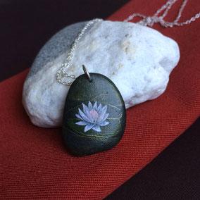 Pendentif galet fleur de lotus acrylique gris rose et vert cuivré - galet du Salat noir percé - fini satiné - anneau argent 925 - chaîne 45 cm argent 925 maille forçat légère 1,2x2 mm