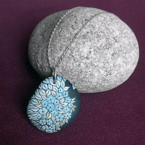 Pendentif galet fleurs liberty acrylique bleu glacier et doré - galet du Salat gris clair percé - anneau argent 925 - vernis mat - chaîne 45 cm argent 925 maille  gourmette 1x2mm