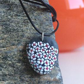 Pendentif fleurs liberty acrylique rouge et blanc - galet du Salat gris anthracite percé - fini mat - anneau argent 925 - tour de cou réglable coton ciré 1 mm noir