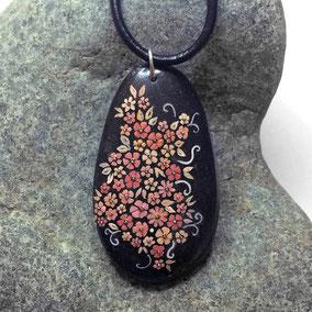 Pendentif galet fleurs acrylique rouge et or - galet du Salat noir percé - vernis satiné - anneau argenté - tour de cou cuir