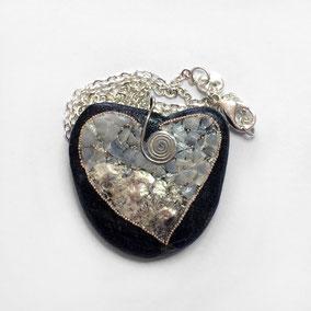 pendentif coeur coquille et nacre - perles - montage laiton - chaîne argent 925 - galet du Salat noir