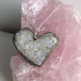 Pendentif cœur - coquille nacrée - brisures argent 925 - galet du Salat gris clair percé - anneau argent 925