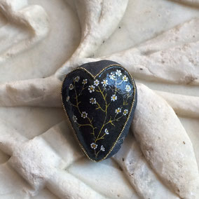 Galet du Salat Saint Valentin cœur à poser - fleurs acrylique blanc et or - perles dorées - vernis brillant - pierre apparente cirée