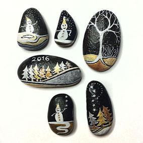 Sapins, arbres et bonhommes de neige acrylique blanc, cuivre et or - 6 galets noirs - vernis brillant