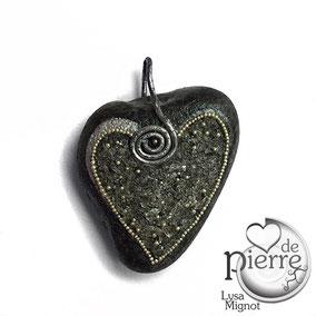 Pendentif cœur - Acrylique argenté - perles argentées et paillettes cristal - galet du Salat gris clair - vernis mat