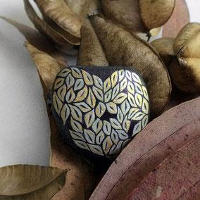 Galet décoratif coeur - feuilles acrylique et encre gris et doré - galet du Salat noir - vernis satiné