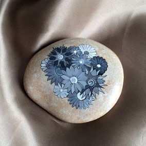 Fleurs acrylique noir et blanc - gros galet beige - vernis mat