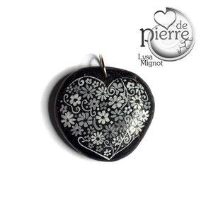 Pendentif cœur - petites fleurs acrylique - cordon cuir 43 cm fermoir argent 925 - galet du Salat noir