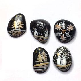 6 galets décoratifs - sapins et bonhommes de neige acrylique blanc, encres dorée et cuivrée - galets du Salat gris anthracite - vernis brillant