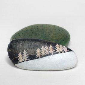 Galet décoratif SAPINS - peinture acrylique et paillettes sur galet de rivière - fini satiné