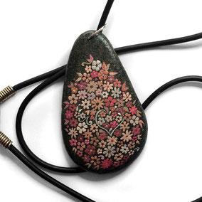 fleurs acrylique - galet du Salat noir percé - vernis - cuir et argent 925