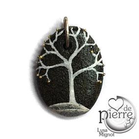 Arbre acrylique blanc et argent - perles dorées - petit galet du Salat noir percé - vernis mat - anneau bronze - tour de cou réglable coton ciré