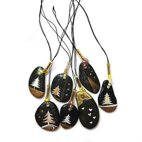 Galets en fête à suspendre - double face - Sapins blanc, cuivre, or - vernis satiné - 6 galets du Salat noirs percés